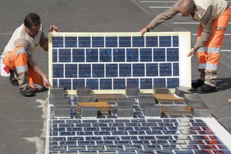 Francia instala mil km de carretera solar y España frena paneles en casa